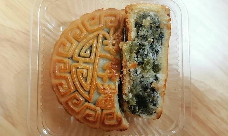 اس تہوار کی مناسبت سے ہتھیلی جتنے چاند کی طرح گول کیک بننے لگے جنہیں چینی زبان میں یوئے بِنگ کا نام دیا گیا