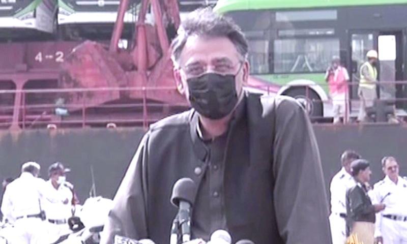 Federal minister Asad Umar speaks at the Green Line fleet arrival ceremony. — DawnNewsTV