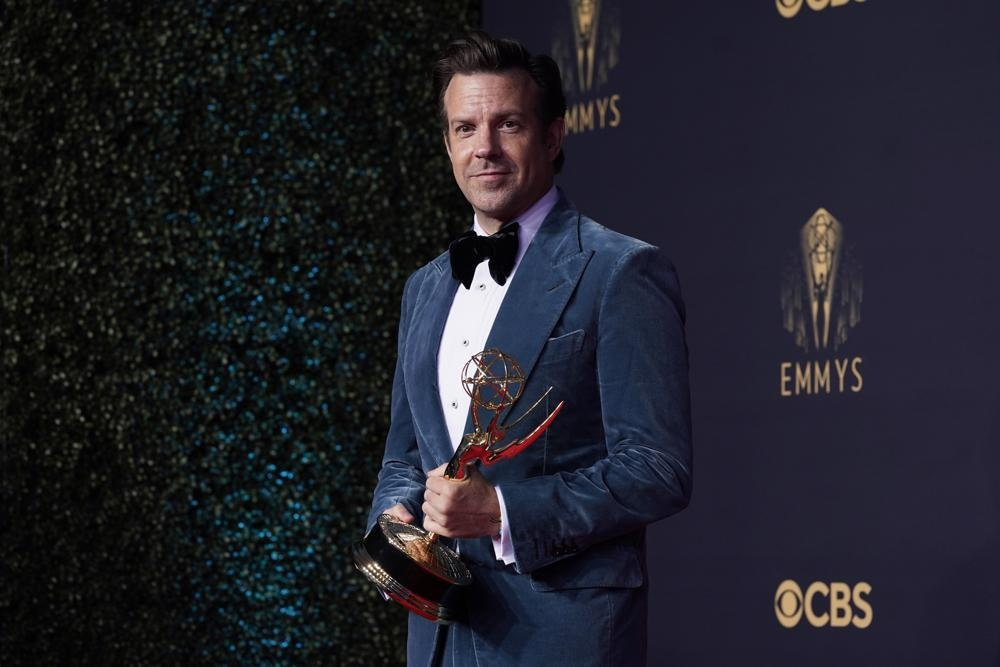 Jason Sudeikis, winner of the award for outstanding lead actor (male) in a comedy series for *Ted Lasso* poses at the Emmy's — Photo: AP