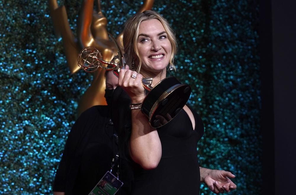 Kate Winslet, winner of the award for outstanding lead actor (female) in a limited or anthology series or movie for *Mare of Easttown* poses at the Emmy's — Photo: AP