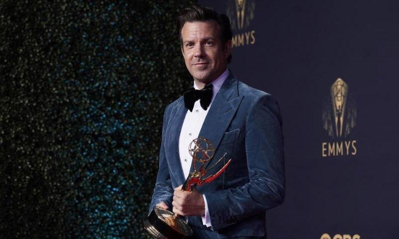 جیسن سوڈیکیس نےبہترین کامیڈی اداکار کا ایوارڈ حاصل کیا—فوٹو: اے پی