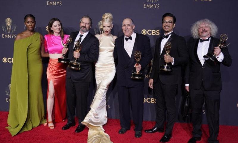 نیٹ فلیکس نے 44 ایوارڈز کے ساتھ 'ایمی ایوارڈز' کا میلہ لوٹ لیا
