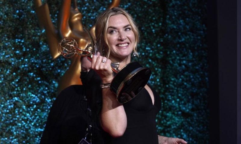 کیٹ ونسلیٹ نے میر آف ایسٹ ٹاؤن کیلئے بہترین اداکارہ کا اعزاز حاصل کیا—فوٹو: اے پی