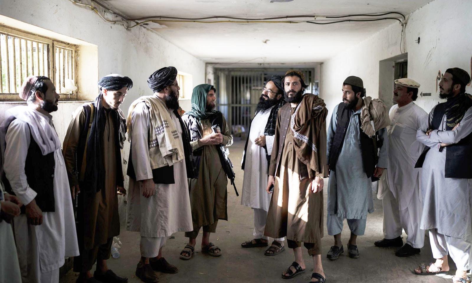 کابل کے پل چرخی جیل میں قید رہنے والے اب اسی جیل کے محافظ بن چکے — فوٹو: اے پی