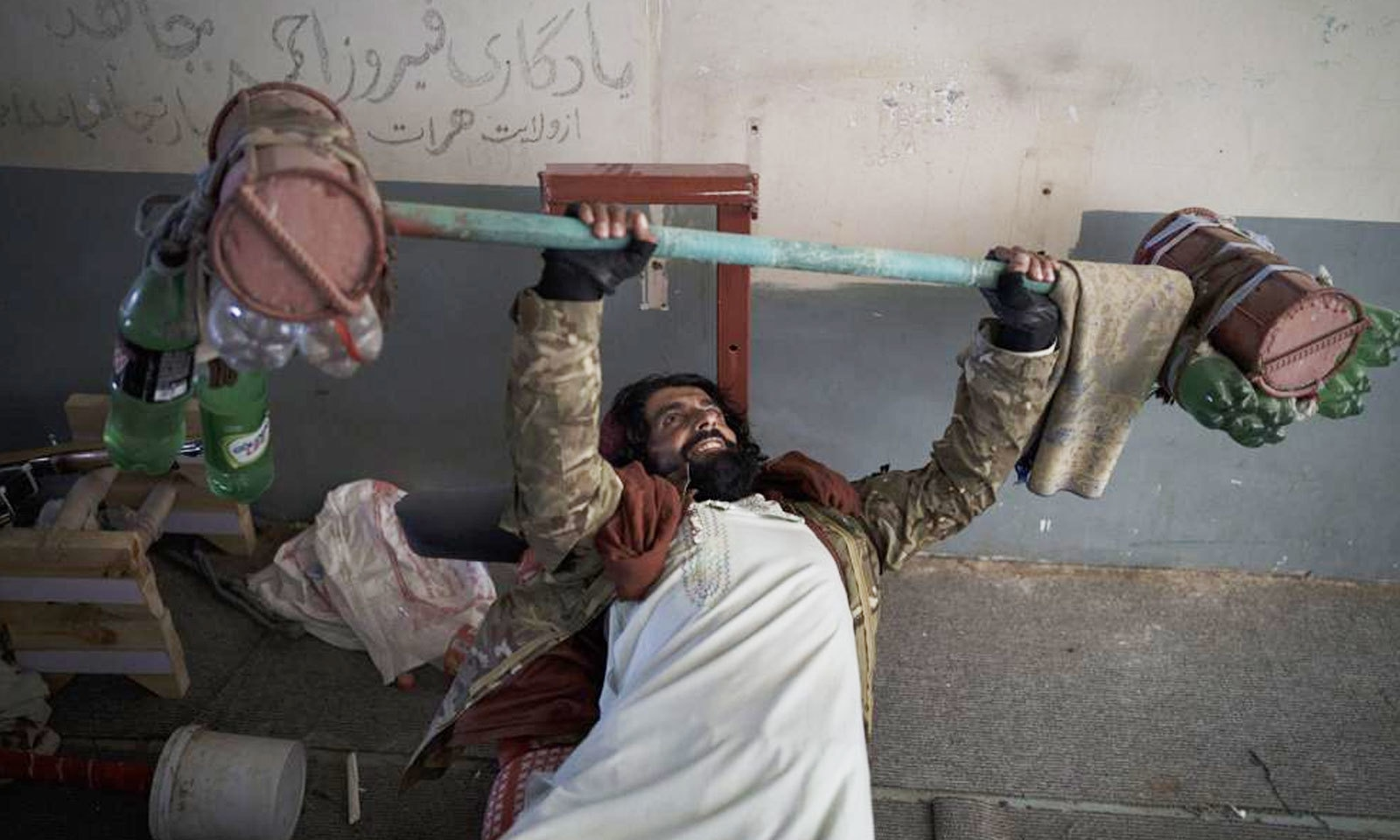 طالبان جنگجو پل چرخی جیل میں 13 ستمبر کو ورزش کرتے ہوئے — فوٹو: اے پی
