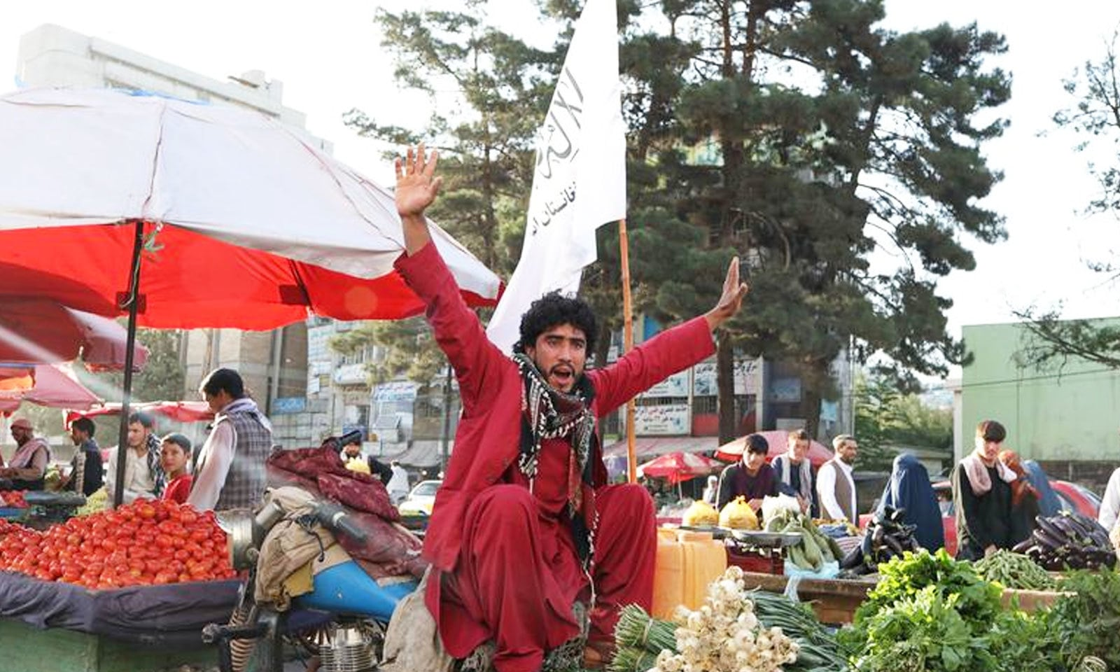 کابل کا سبزی فروش طالبان کے نعرے لگاتے ہوئے — فوٹو: رائٹرز