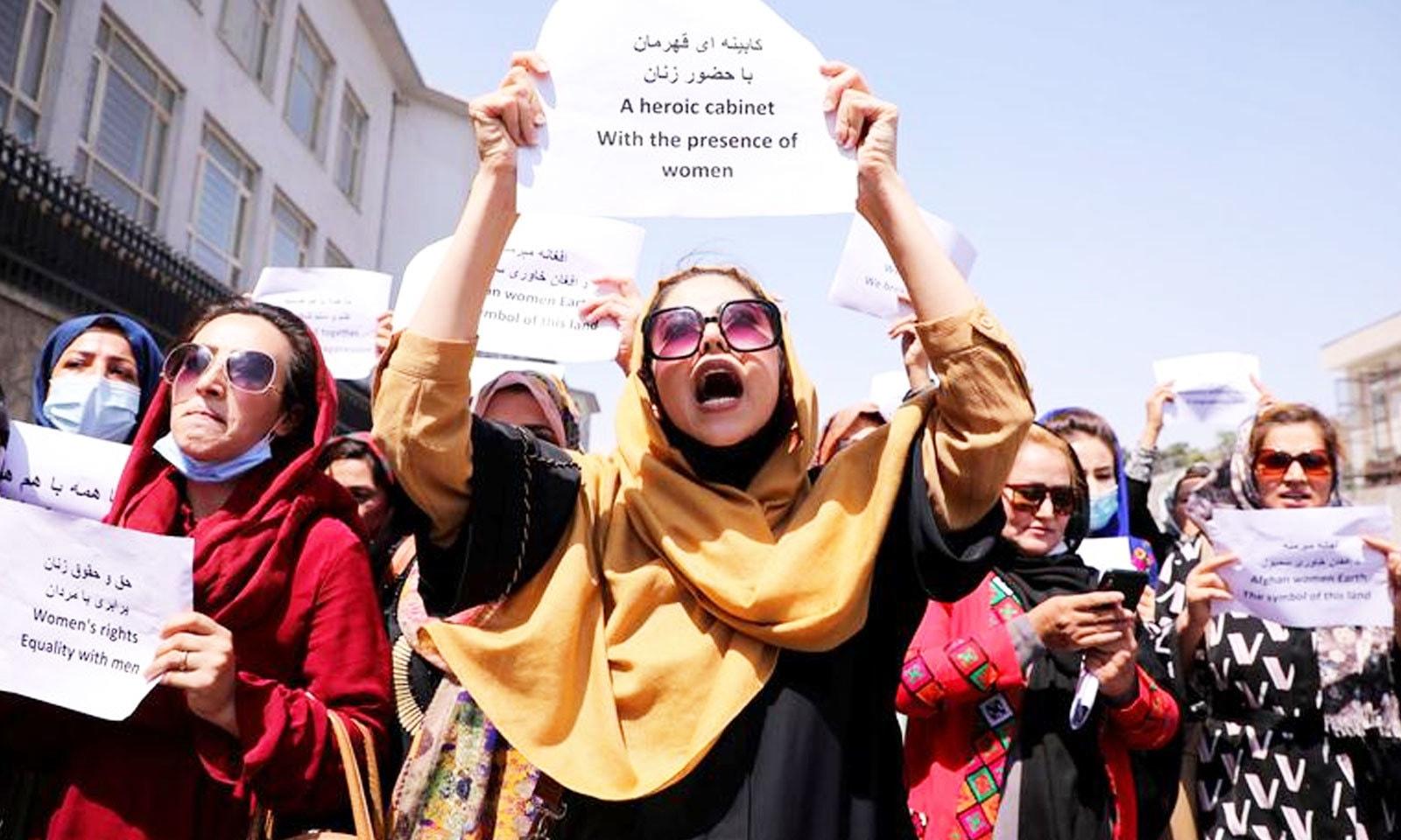 حکومت میں خواتین کی عدم شمولیت پر تین ستمبر کو کابل میں ہوانے والے مظاہرے میں عورتیں شریک ہیں—فوٹو: رائٹرز