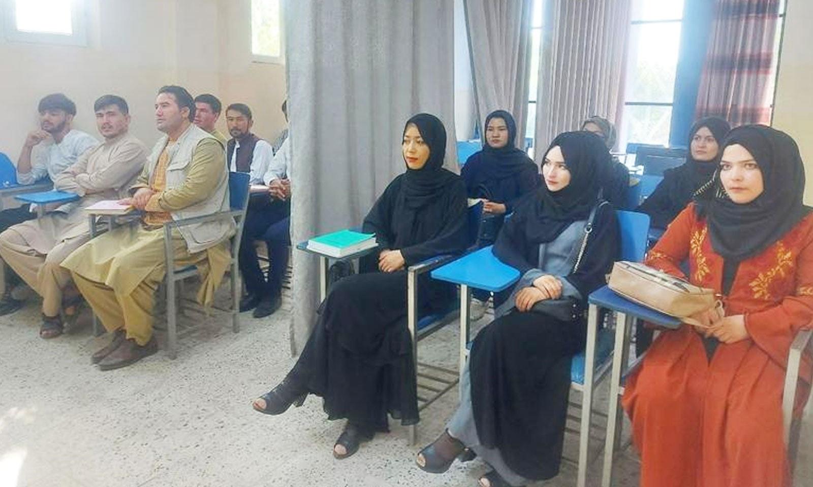 کابل کی ابن سینا یونیورسٹی میں 6 ستمبر کو ایک ہی کلاس میں طلبہ و طالبات کے درمیان پردا لگایا گیا —فوٹو: رائٹرز
