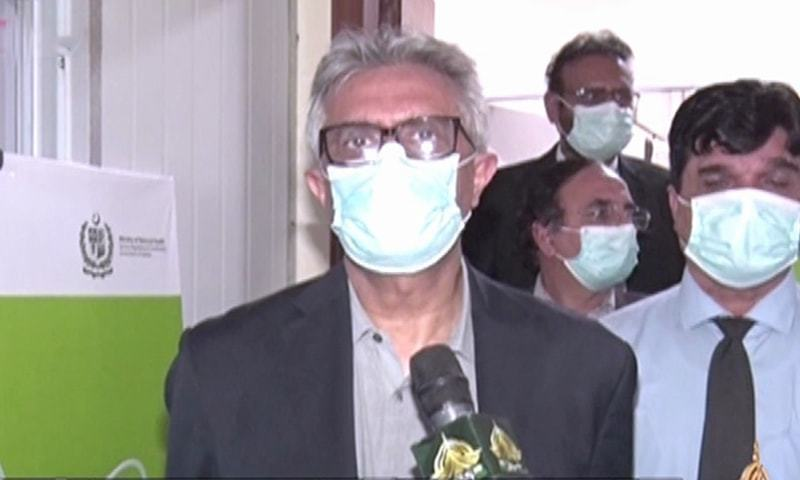 وزیراعظم کے معاون خصوصی برائے صحت ڈاکٹر فیصل سلطان میڈیا سے بات کررہے تھے فوٹو: ڈان نیوز—