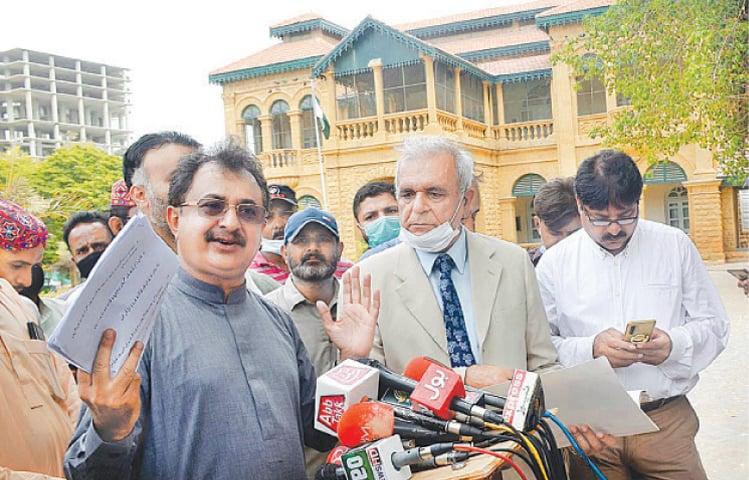 Haleem Adil Sheikh speaks to the media outside Quaid-i-Azam House Museum on Tuesday.—APP