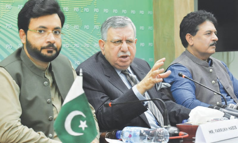 ISLAMABAD: Finance Minister Shaukat Tarin addressing a press conference.—Tanveer Shahzad / White Star