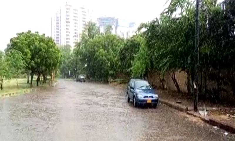 کراچی میں بارش کے بعد کئی سڑکوں پر پانی کھرا ہو گیا جس سے ٹریفک کی روانی بری طرح متاثر ہوئی— فوٹو: ڈان نیوز
