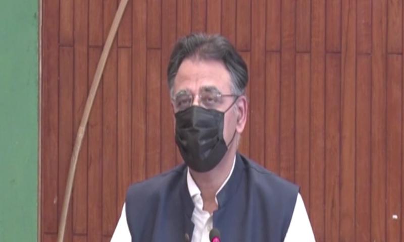وفاقی وزیر منصوبہ بندی اسد عمر اسلام آباد میں پریس کانفرنس کررہے ہیں— فوٹو: ڈان نیوز