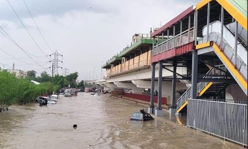 شہر میں سب سے زیادہ 70 ملی میٹر بارش سرجانی ٹاؤن کے علاقے میں ہوئی— فوٹو: ڈان نیوز