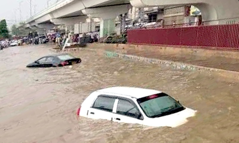 بارش کے بعد کچھ علاقے زیر آب آگئے اور گاڑیاں پانی میں ڈوب گئیں— فوٹو: ڈان نیوز