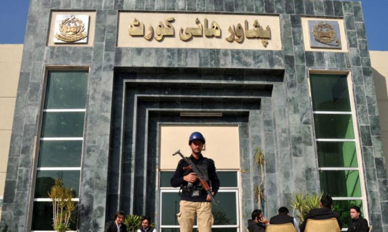 A police official stands guard outside the Peshawar High Court (PHC) in this file photo. — APP/File