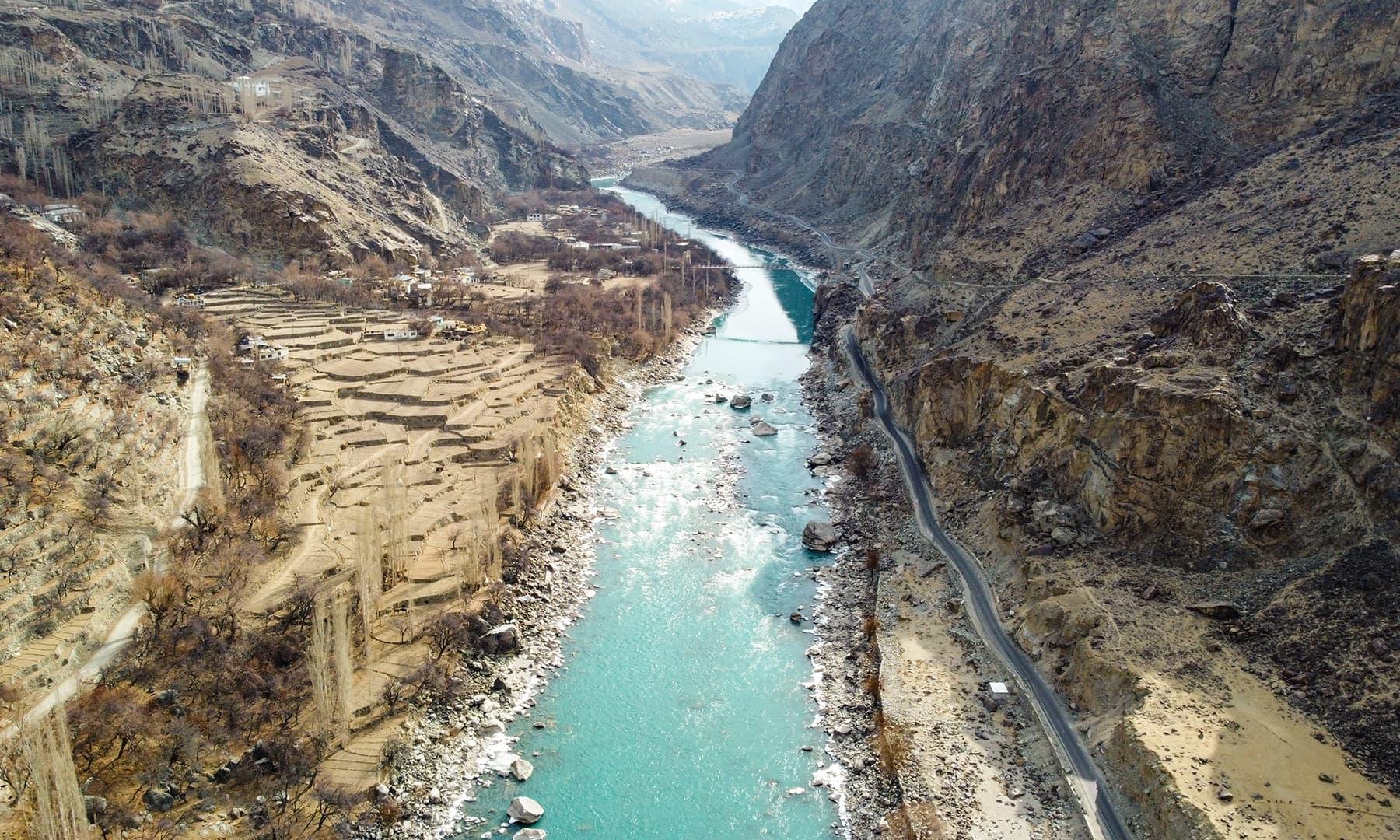 موسمِ خزاں میں کارگل روڈ کے کنارے بہتا دریائے سندھ