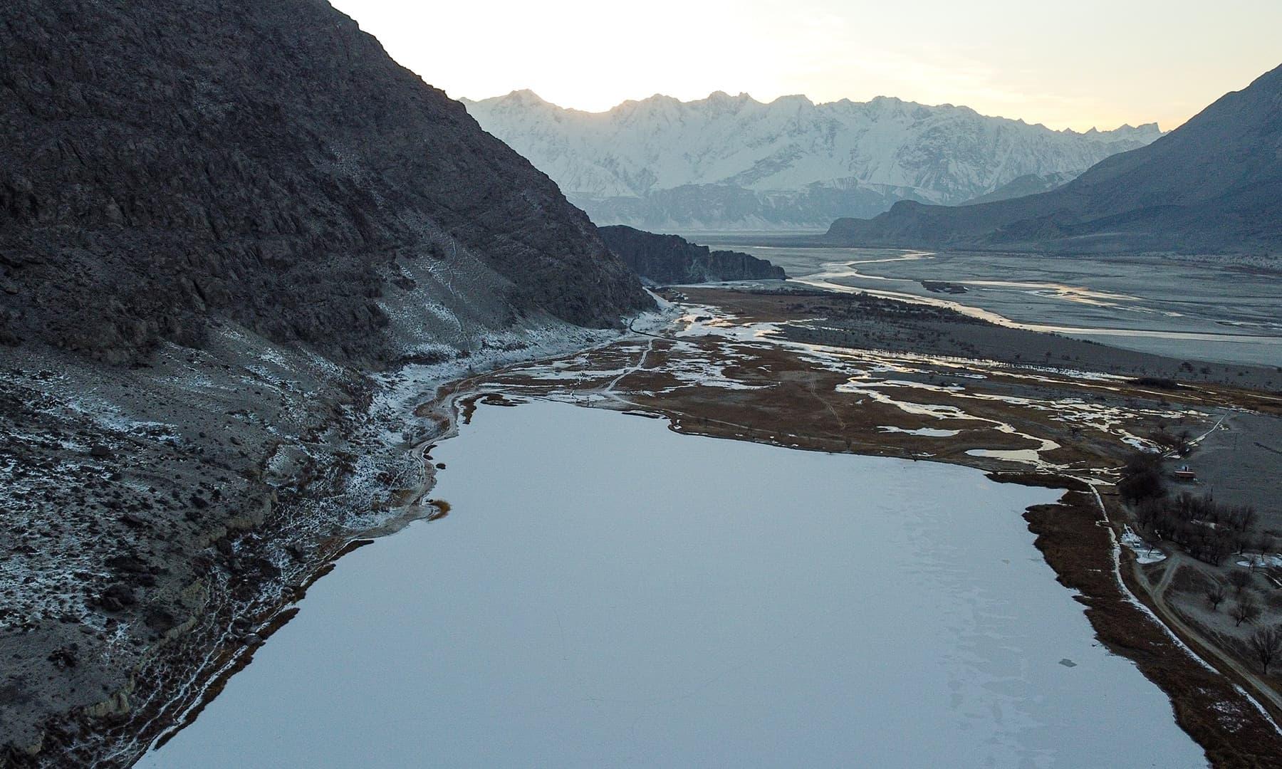 اندھی جھیل برف کا سفید لبادہ اوڑھنے کے بعد