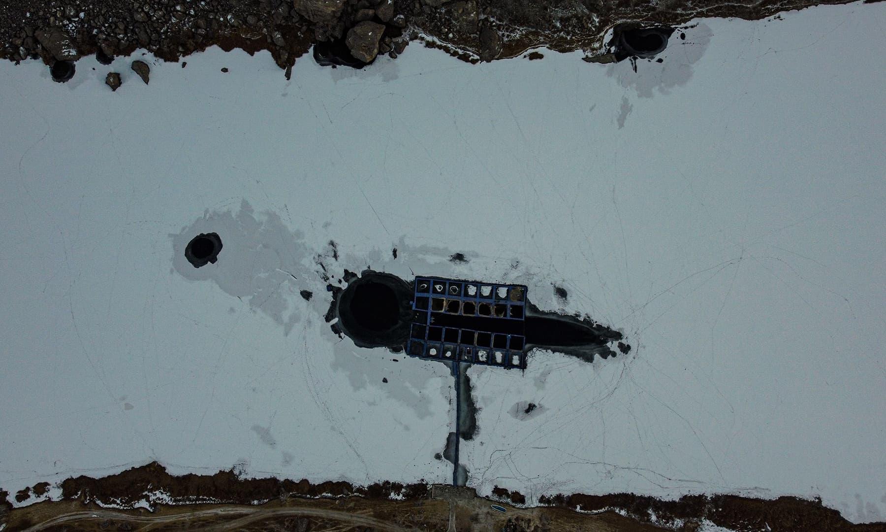 برف باری کے بعد ٹراؤٹ فارم کا ایک منظر