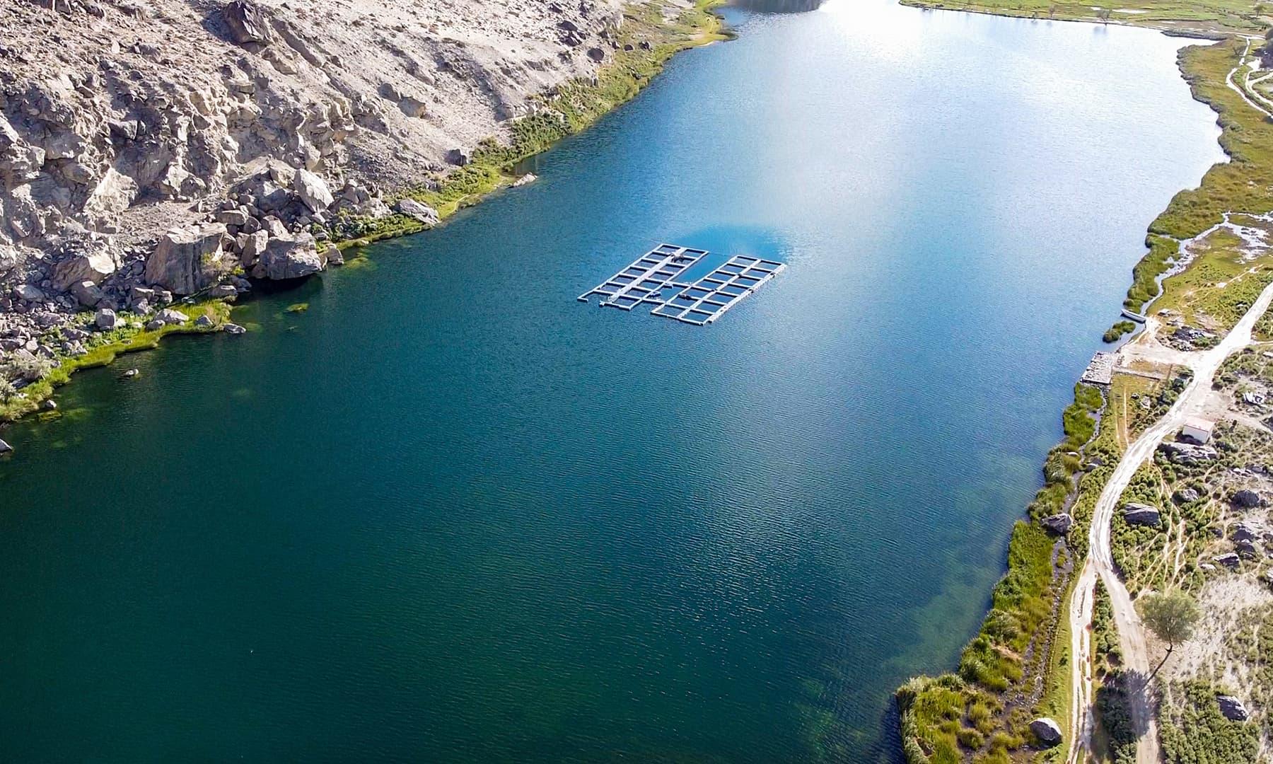 جھیل کی لمبائی تقریباً 1200 فٹ اور چوڑائی لگ بھگ 300 فٹ ہے