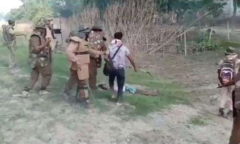 ویڈیو میں دیکھا گیا کہ پولیس اہلکار اندھا دھند فائرنگ کر رہے ہیں اور ایک شخص قریب آتے ہی وہ اس پر حملہ کردیتے ہیں۔ - فوٹو بشکریہ انڈیا ٹوڈے ویب سائٹ