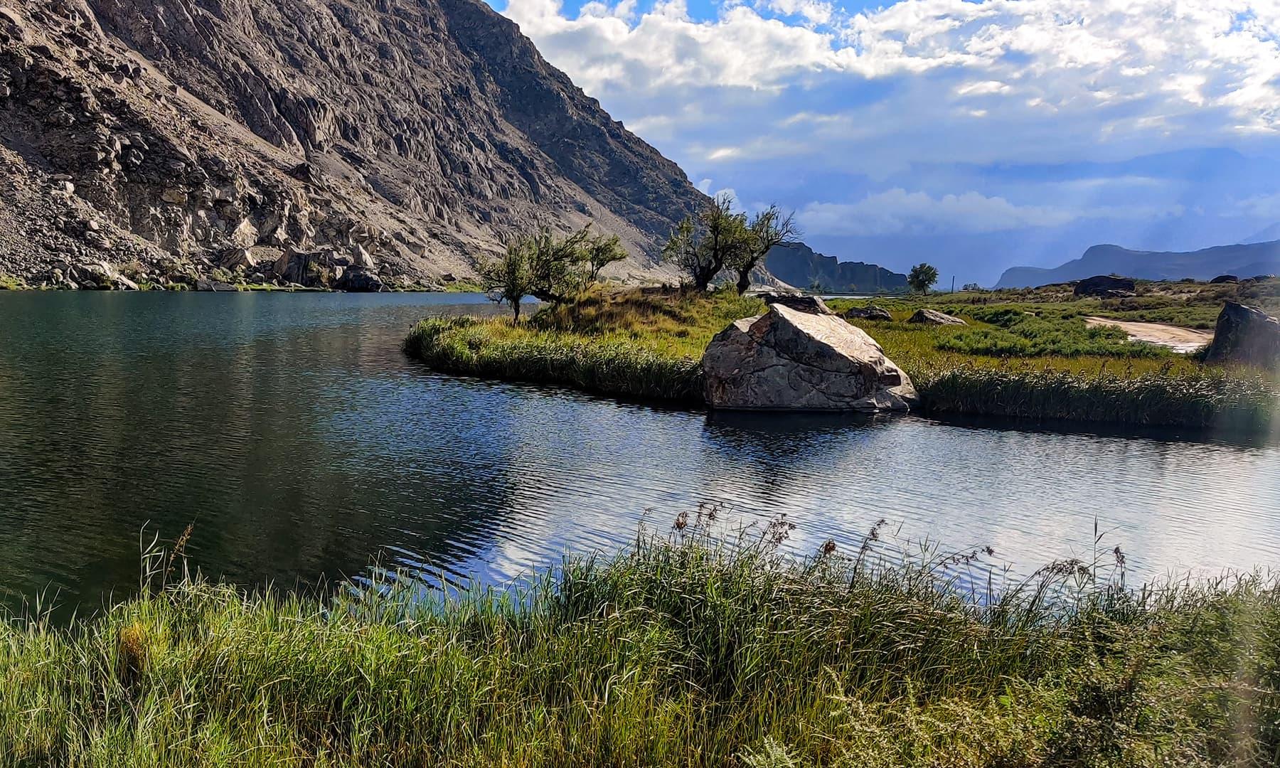 موسمِ گرما میں جھیل کا ایک نظارہ