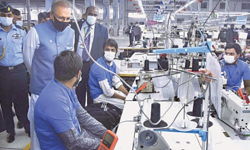 LAHORE: President Dr Arif Alvi visits a factory on Multan Road on Friday.—APP