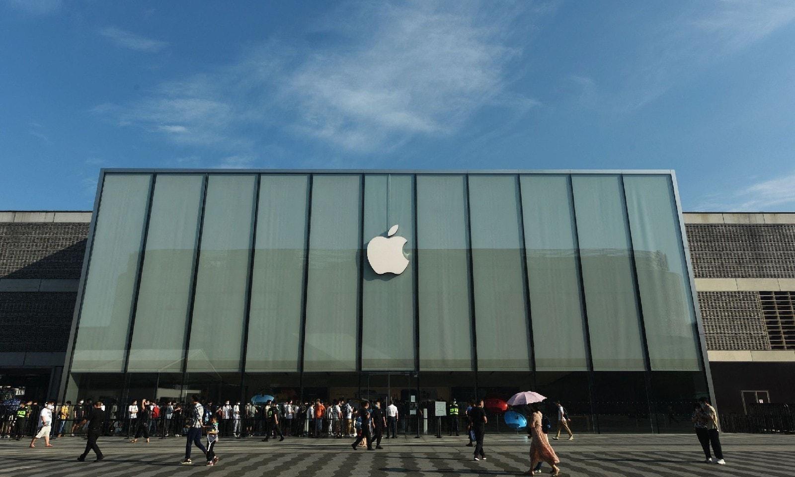 ہوانگزو میں ایپل اسٹور کے باہر رش، اے ایف پی فوٹو