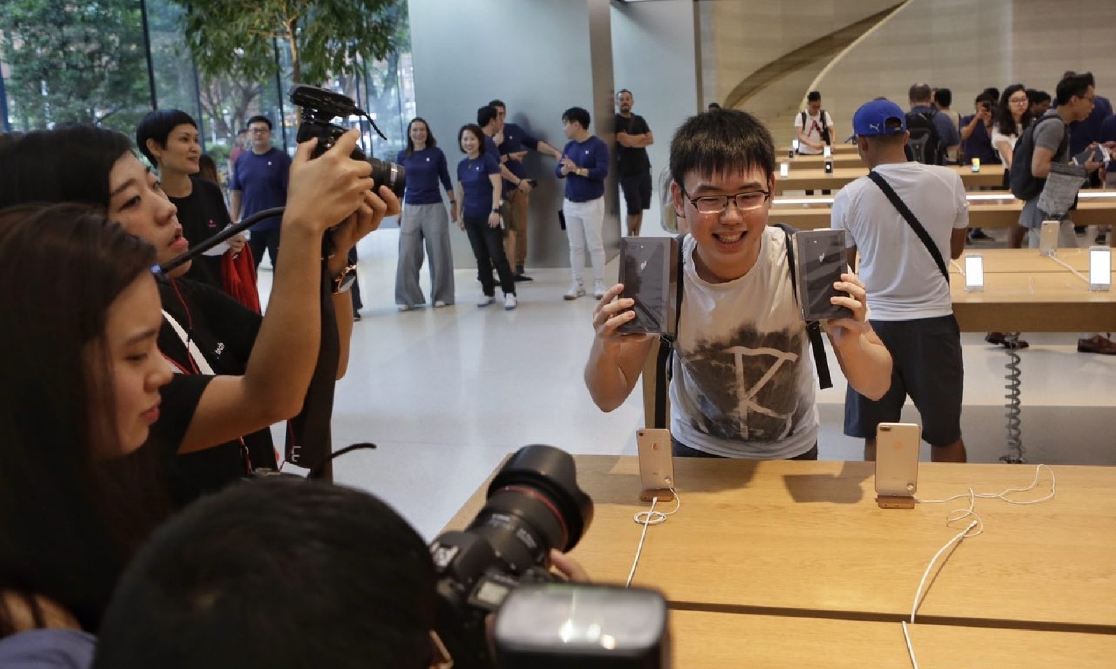 سنگاپور میں سب سے پہلے آئی فون خریدنے والے صارف کی خوشی، فوٹو بشکریہ straitstimes