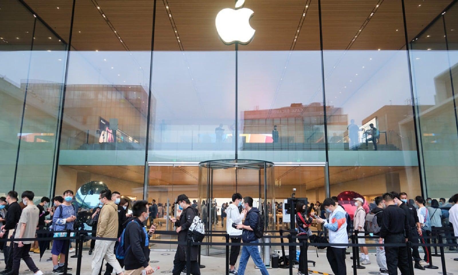 ایپل اسٹور کے باہر کافی رش دیکھنے میں آیا، فوٹو بشکریہ ایپل