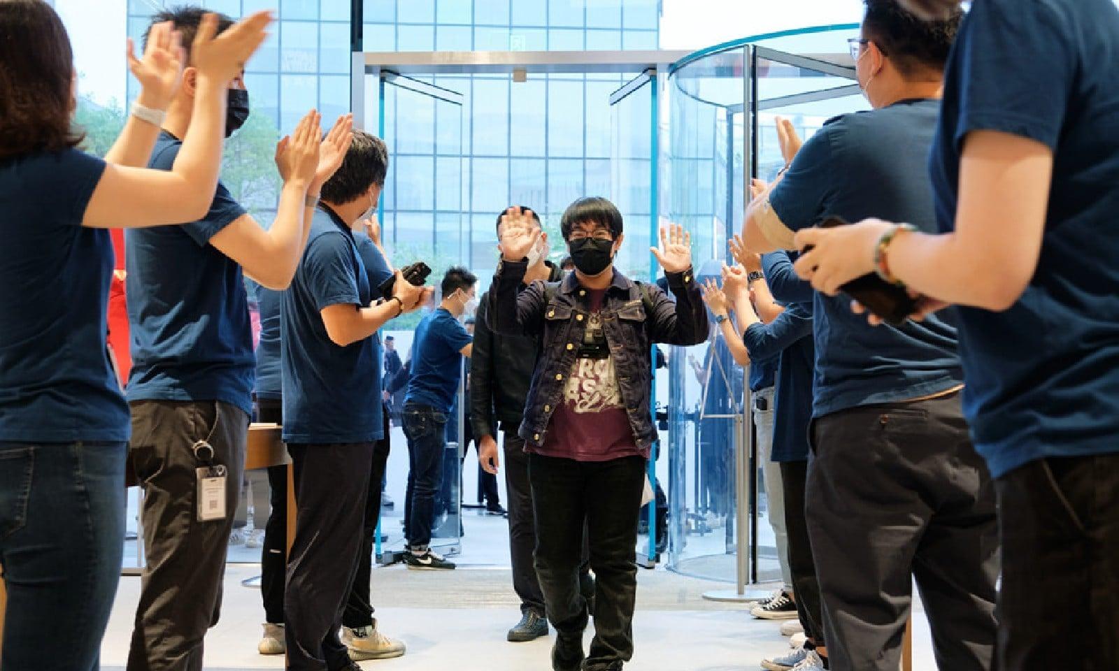 بیجنگ میں آئی فون خریدنے والے صارفین کی خوشی، فوٹو بشکریہ ایپل