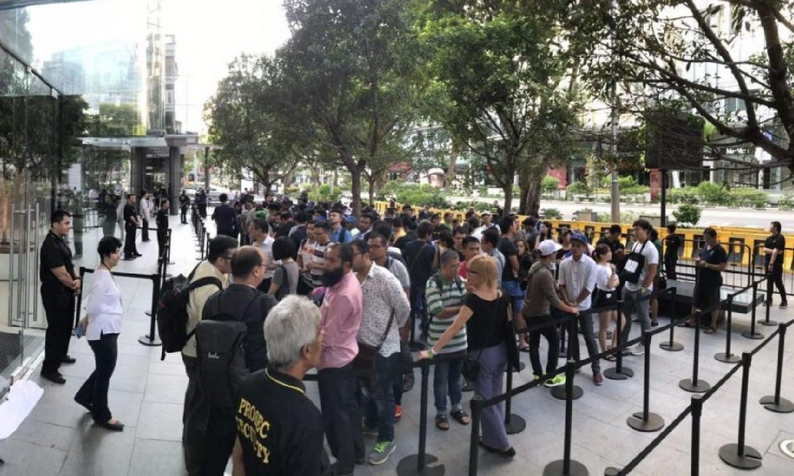 سنگاپور میں بھی ایپل اسٹور کے باہر متعدد افراد آئی فون خریدنے کے لیے صبح ہی کھڑے ہوگئے تھے، فوٹو بشکریہ straitstimes