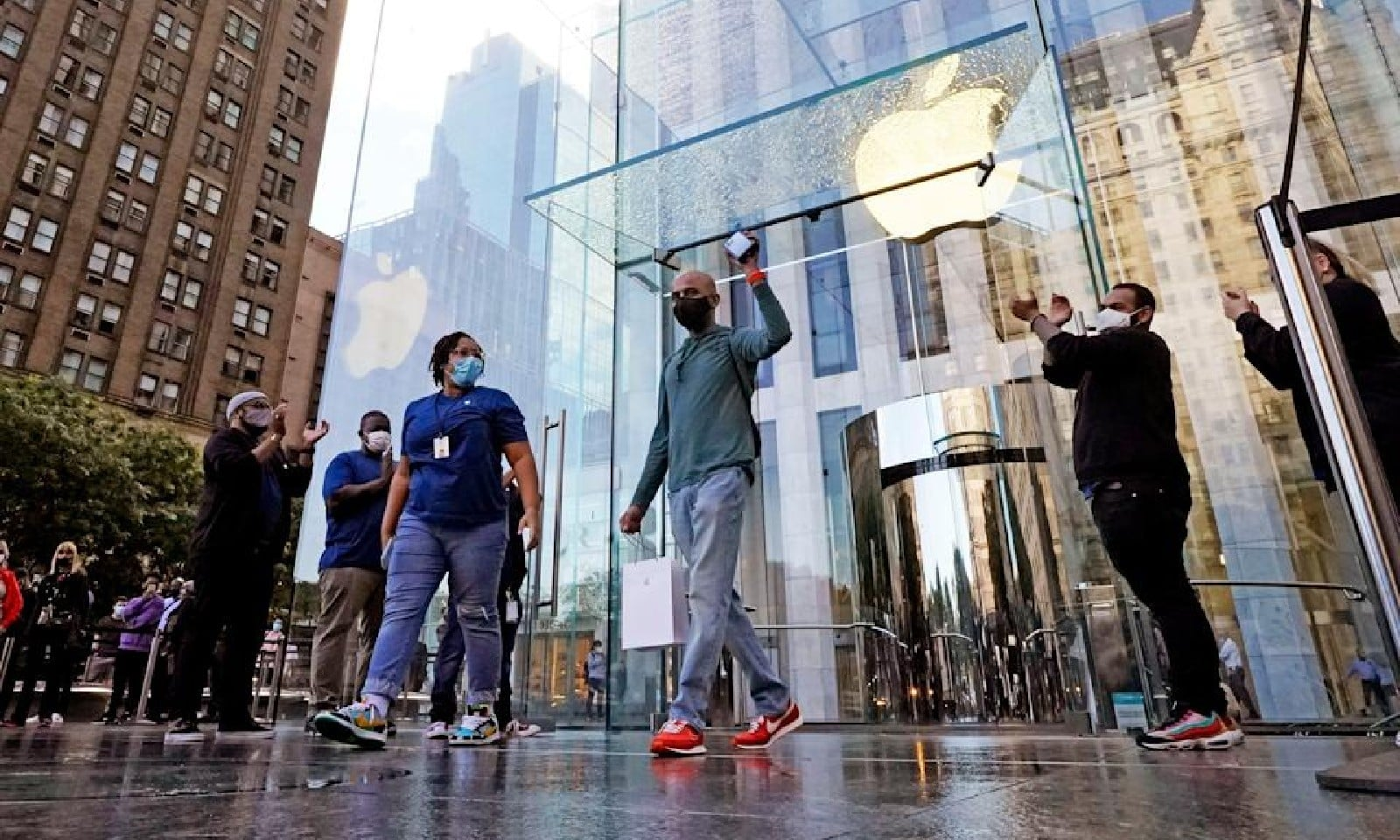 نیویارک میں سب سے پہلے آئی فون خریدنے والا صارف، اے پی فوٹو
