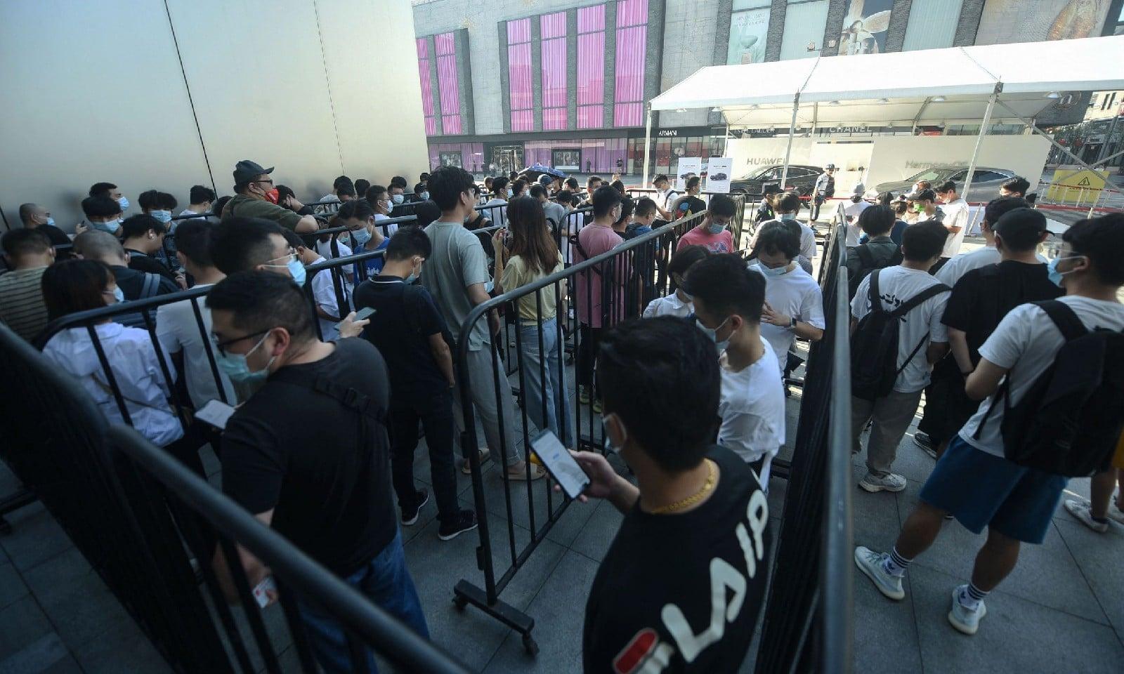 ہوانگزو میں آئی فونز خریدنے کے لیے لوگ کئی گھنٹوں تک انتظار کرتے رہے، اے ایف پی فوٹو