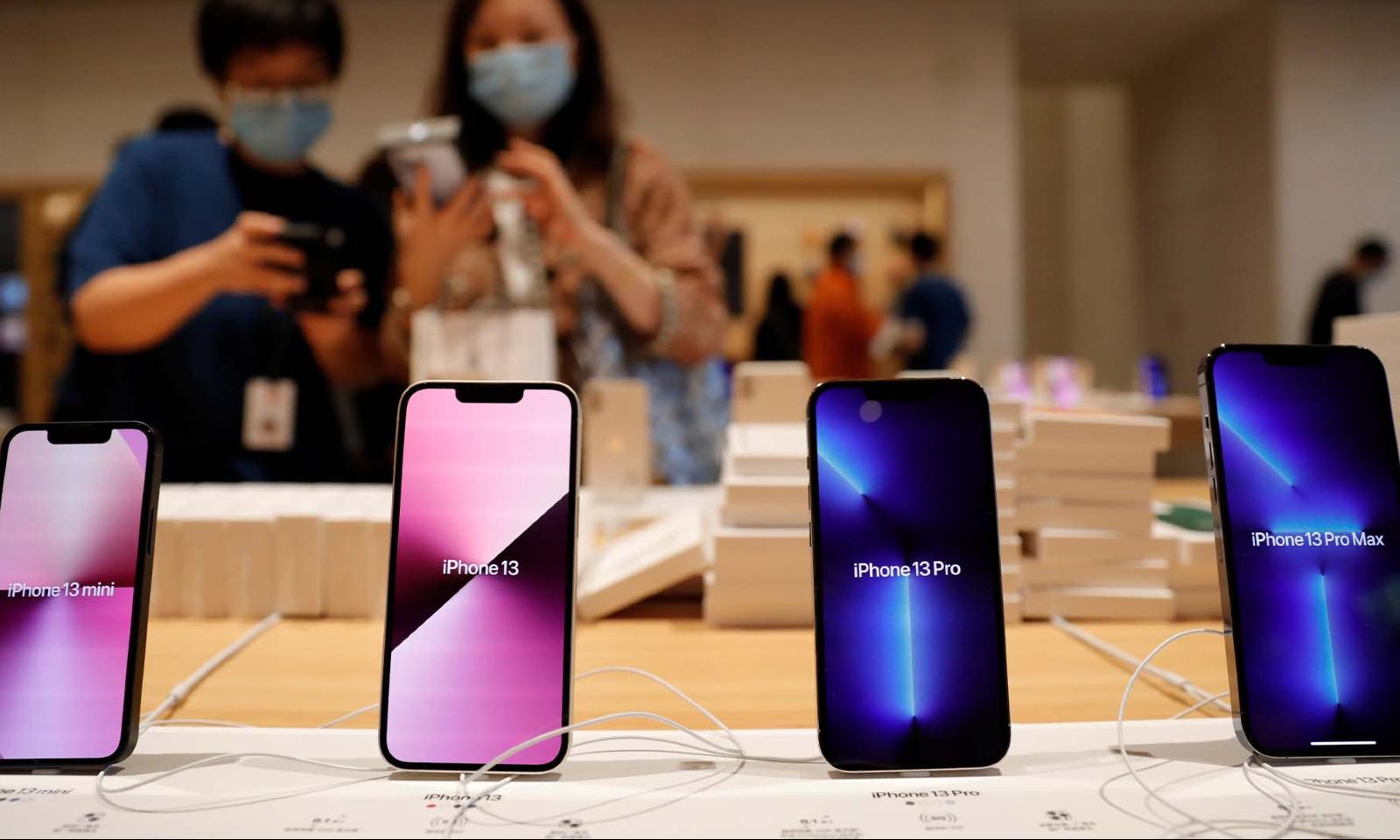 مختلف رپورٹس کے مطابق اس سال چین میں پری آرڈر میں ریکارڈ تعداد میں لوگوں نے آئی فونز بک کرائے، رائٹرز فوٹو