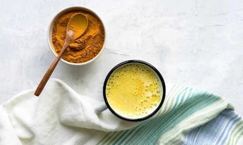 دودھ میں ہلدی کو ملا کر پینا صحت کے لیے کتنا مفید؟