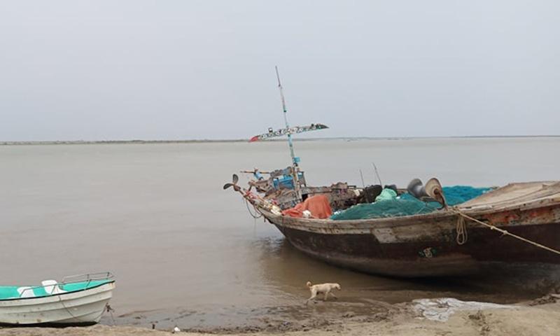 مقامی لوگوں کے افلاس کا دوسرا سبب یہاں گنجائش سے زیادہ ماہی گیری ہے