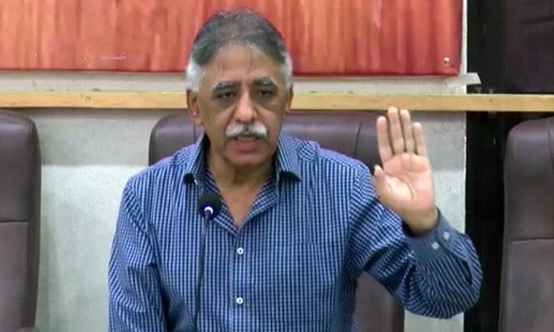 PML-N leader and spokesperson for party supremo Nawaz Sharif and Maryam Nawaz, Mohammad Zubair, addresses a press conference. — DawnNewsTV/File