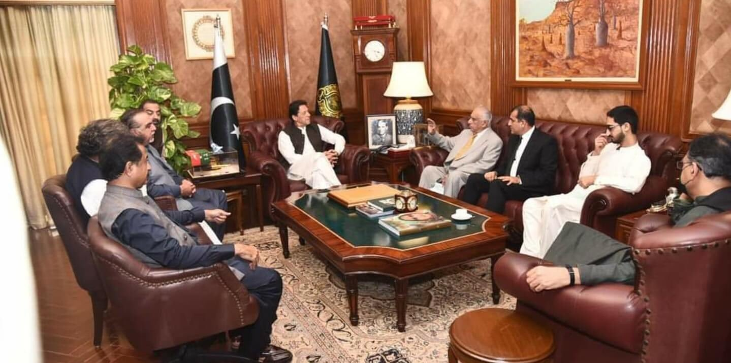 Former Sindh chief minister Syed Ghous Ali Shah and former federal minister Syed Zafar Ali Shah joined PTI after a meeting with Prime Minister Imran Khan. — Photo courtesy: Insaf Students Federation Twitter