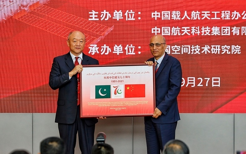 Director General of China Manned Space Agency, Hao Chun, presents a souvenir to Pakistan Ambassador to Beijing, Moin ul Haque, at a ceremony on Sep 27, 2021 in Beijing.  Picture courtesy: Global Times/Twitter