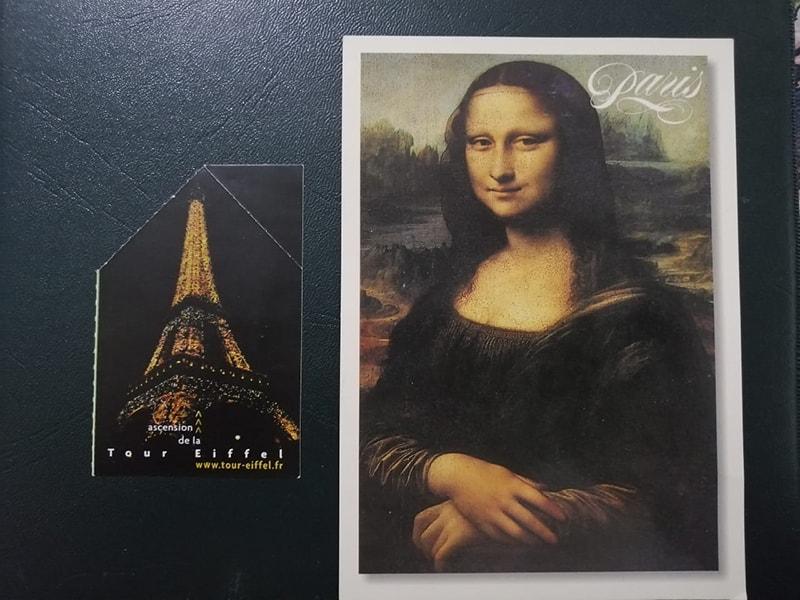 ایفل ٹاور کی بالائی منزل پر جانے کے لیے خریدے گئے ٹکٹ کے ساتھ مونا لیزا کا پوسٹ کارڈ