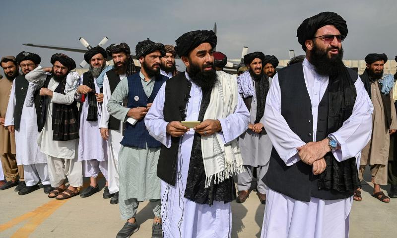 طالبان نے کہا کہ وہ آئین سے ایسی شقوں کو ختم کردیں گے جو شریعت سے متصادم ہیں— فوٹو: اے ایف پی