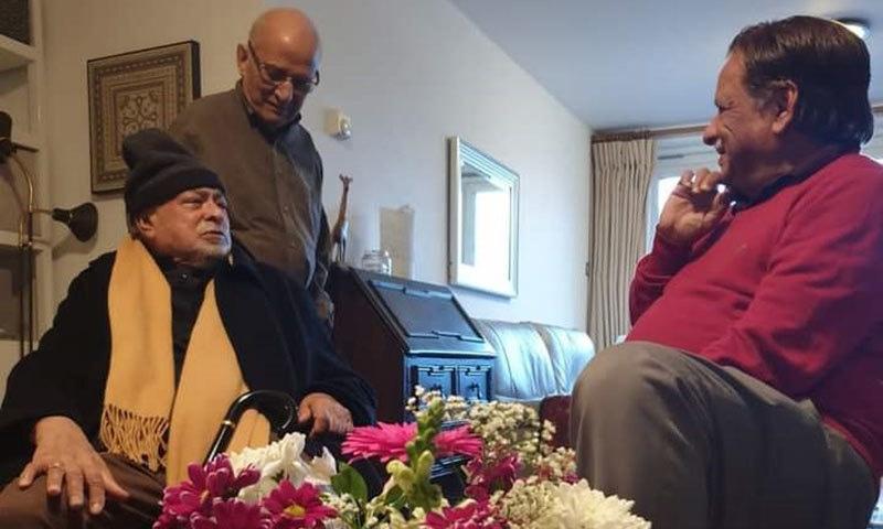 واجد شمس الحسن لکھاری سے محو گفتگو ہیں
