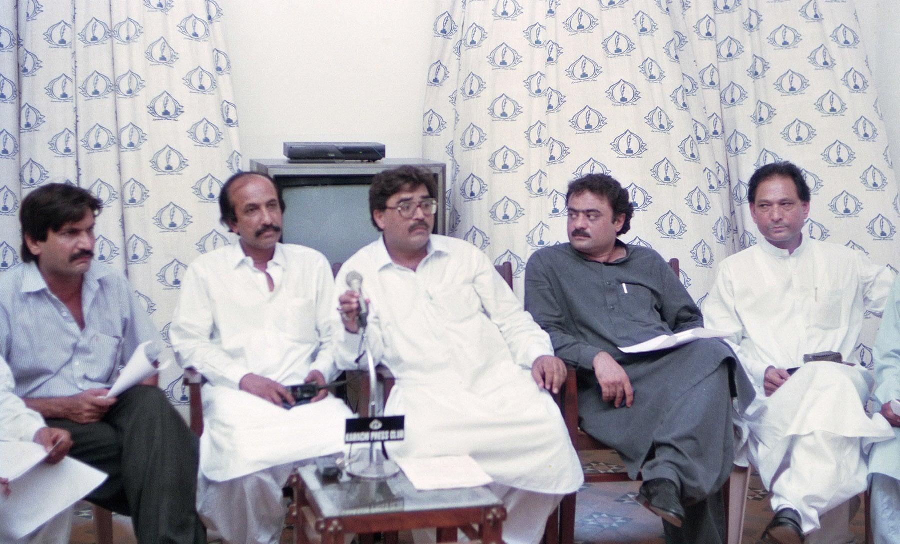 2 جون 1994ء کو مزدور رہنما عزیز میمن، عثمان غنی، کاظمی اور دیگر کراچی پریس کلب کے جلیس ہال میں نیوز کانفرنس کررہے ہیں— تصویر بشکریہ زاہد حسین