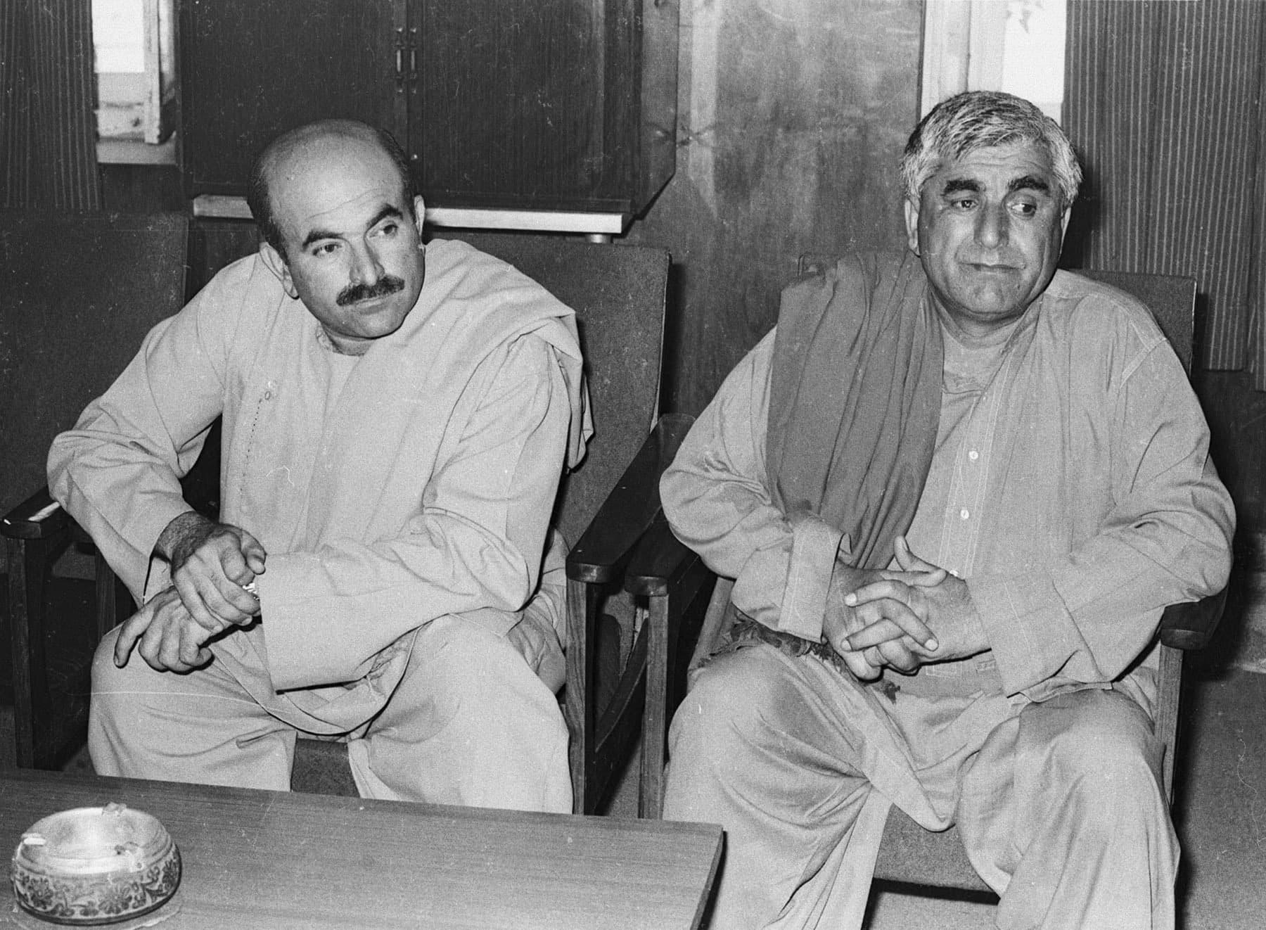 پختونخوا ملی عوامی پارٹی کے رہنما محمود خان اچکزئی (بائیں) اور عبدالرحیم مندوخیل کراچی پریس کلب کے جلیس ہال میں رپورٹرز سے مخاطب ہیں— تصویر بشکریہ زاہد حسین