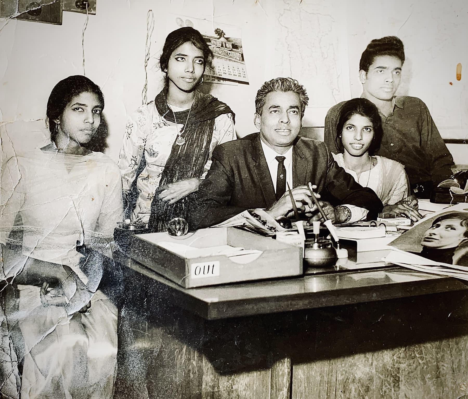 ابراہیم جلیس اپنے بیٹے شہریار جلیس اور بیٹیوں ڈاکٹر ربینہ جلیس، طیبہ جلیس، زبیدہ جلیس کے ہمراہ انجم اخبار کے دفتر میں موجود ہیں— تصویر بشکریہ زاہد حسین