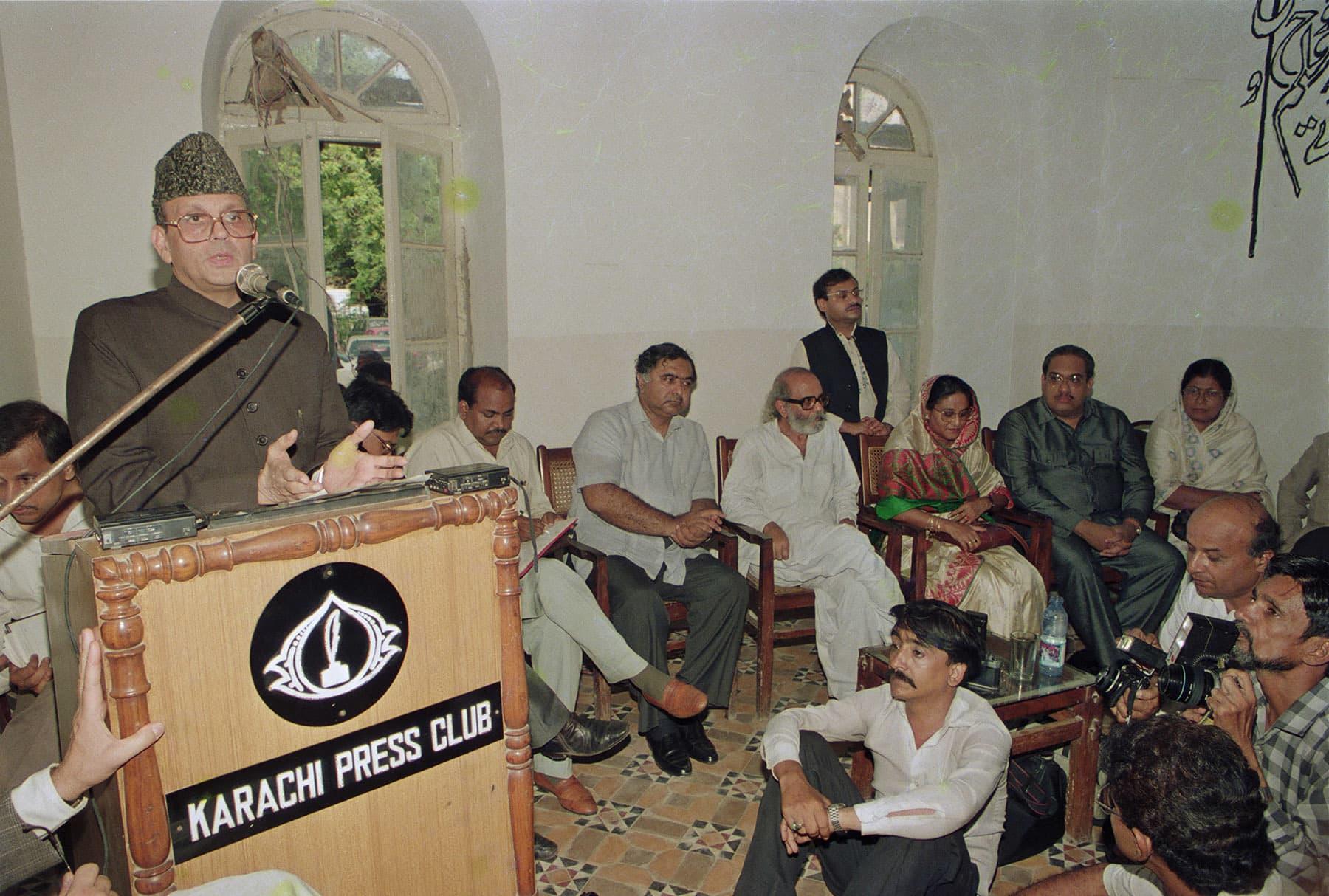 7 ستمبر 1992ء کو سارک ممالک کے اپوزیشن رہنما (بائیں سے دائیں) وشوناتھ پرتاپ سنگھ (بھارت)، شیخ حسینہ واجد (بنگلہ دیش) اور انورا بندرنائیکا (سری لنکا) کراچی پریس کلب کے جلیس ہال میں منعقدہ پریس پروگرام میں شریک ہیں— تصویر بشکریہ زاہد حسین
