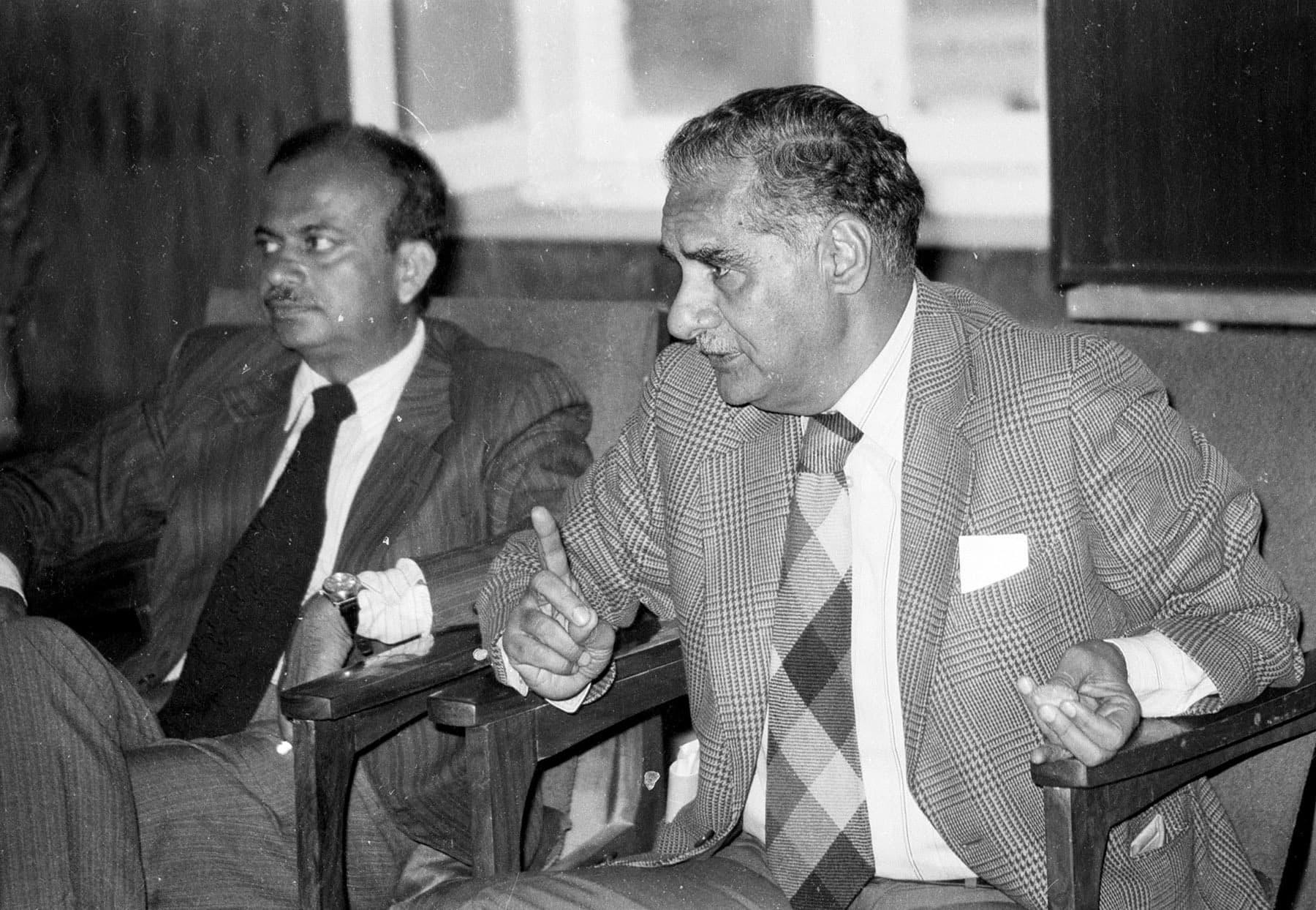11 دسمبر 1983ء کو بھارتی صحافی کلدیپ نئیر جلیس ہال میں محو گفتگو ہیں— تصویر بشکریہ زاہد حسین