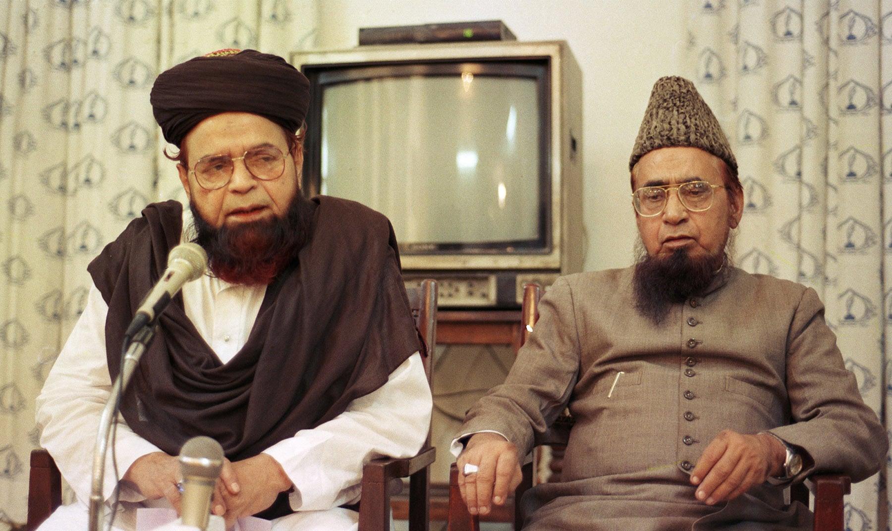 17 نومبر 1996ء جمعیت علمائے پاکستان کے رہنما مولانا شاہ احمد نورانی (بائیں) اور شاہ فرید الحق کراچی پریس کلب کے جلیس ہال میں پریس کانفرنس کر رہے ہیں— تصویر بشکریہ زاہد حسین