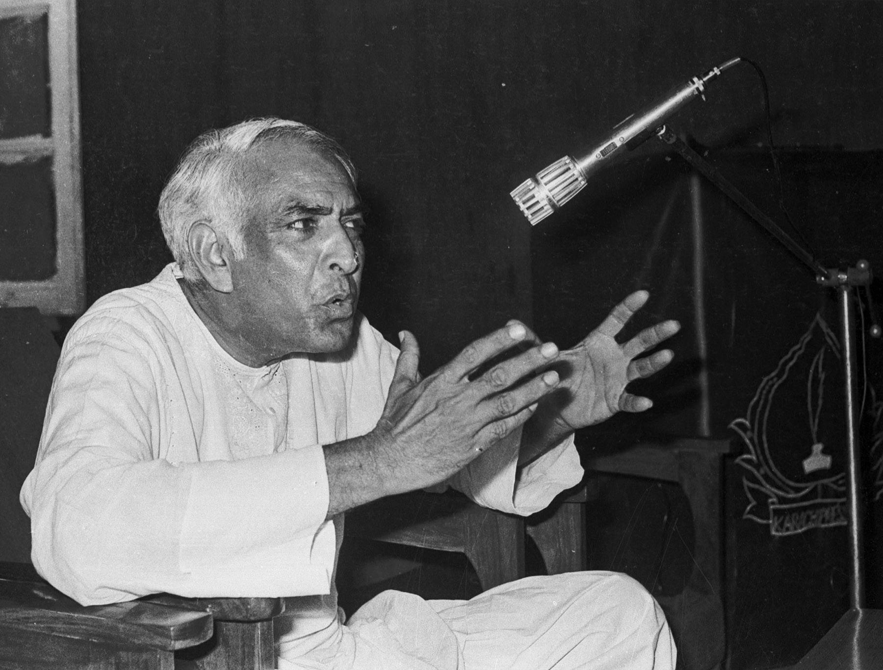 21 جولائی 1983ء پاکستان مسلم لیگ کے رہنما ملک قاسم کراچی میں میڈیا سے بات کر رہے ہیں— تصویر بشکریہ زاہد حسین